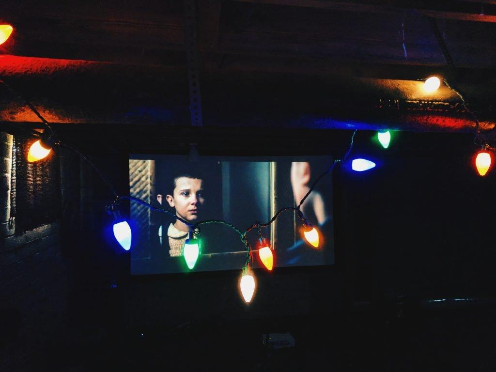 In Stranger Things le canzoni sono usate come citazioni di una certa epoca, per evocare anche un senso di appartenenza Foto di Alicia Quan su Unsplash