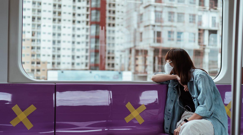 ragazza che guarda dal finestrino